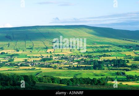 Walliser Landschaft. Süden über Stadt Hawes auf dem Fluß Ure am oberen Ende des Wensleydale in Yorkshire Dales National - Stockfoto