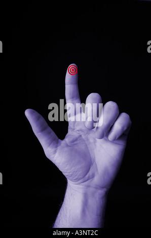 Hand mit Ziel Bulls eye Bullseye auf Finger gezeigt - Stockfoto