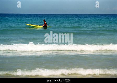 Eine Surfer wartet darauf, dass eine Welle von Newquay s Towan Beach in Cornwall Großbritannien UK - Stockfoto