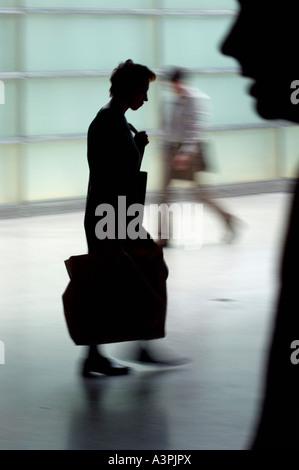 Silhouetten von Menschen zu Fuß - Stockfoto