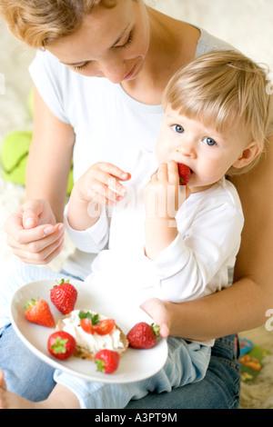 Fütterung Tochter Mutter - Stockfoto