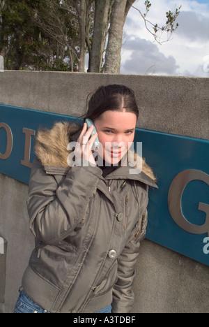Teenager-Mädchen Hinweistafel telefonieren mit ihrem Handy - Stockfoto