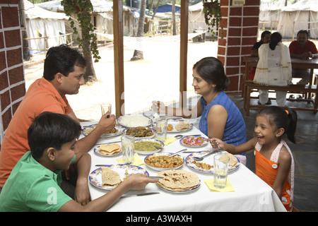 Vierköpfige Familie gemeinsam am Esstisch Essen - Stockfoto