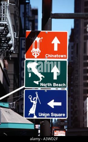 Wegweiser im Geary Kearney Straßen zu touristischen Orten in San Francisco Kalifornien, USA - Stockfoto