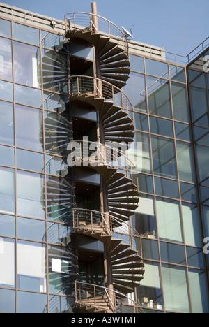 Feuerleiter Wendeltreppe auf die Außenwand des Bürogebäudes - Stockfoto