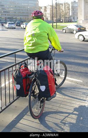 High viz Radfahrer tragen hohe vis visibility Jacke und Helm in der Radweg an der Ampel wartet, Hyde Park Corner - Stockfoto