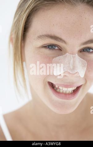 Eine junge Frau mit einer Pore-patch - Stockfoto