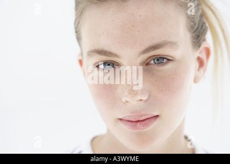 Eine junge Frau in die Kamera schaut - Stockfoto