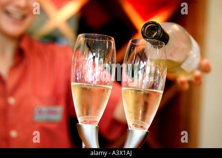 Champagner von Kellnerin gegossen wird. - Stockfoto