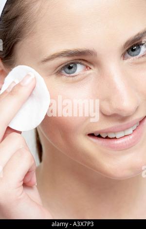 Junge Frau entfernen Make up - Stockfoto