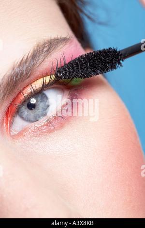 Nahaufnahme einer Frau Wimperntusche auftragen - Stockfoto