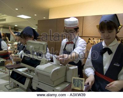 Kunden in einem japanischen Geschäft Klingeln - Stockfoto