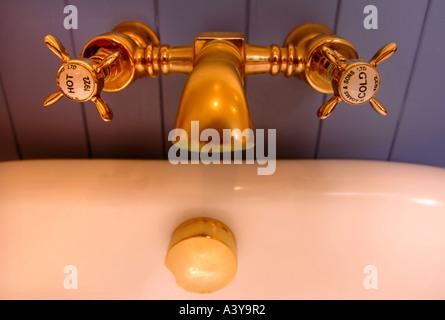 GOLD MISCHBATTERIEN IN EINEM LUXUS-BADEZIMMER - Stockfoto