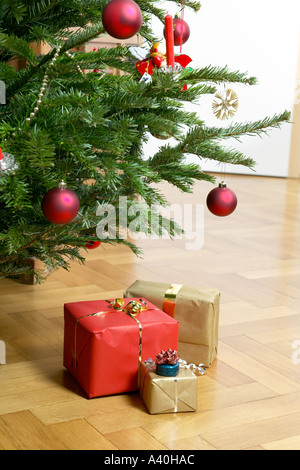 weihnachtsgeschenke unter baum stockfoto bild 24209654 alamy. Black Bedroom Furniture Sets. Home Design Ideas