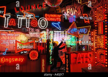 Eine Galerie, klassische und moderne Neon, summt und pulsiert mit Farbe unter den Bögen auf Brighton Seafront, gewidmet. - Stockfoto