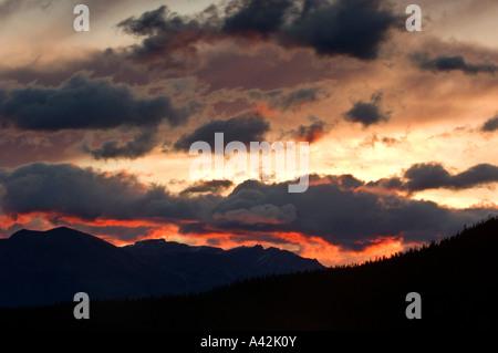 Sunrise Farbe auf Wolken über kontinentale Wasserscheide und Wapta See, Yoho-Nationalpark, Alberta, Kanada - Stockfoto
