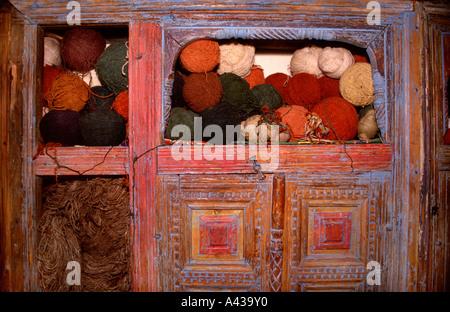Wollkugeln in einem alten Holzschrank im Alten Basar Markt Istanbul Türkei gestapelt - Stockfoto