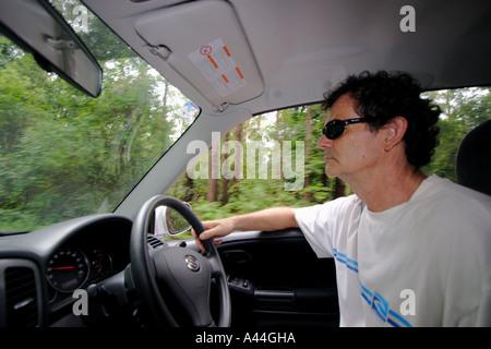 Innenansicht eines 50 Jahre alten männlichen Autofahren - Stockfoto