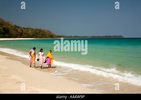 Indien-Andamanen und Nikobaren North Andaman Island Diglipur Smith Island muslimische Mädchen am Strand - Stockfoto