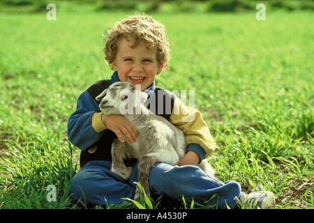 Kleine Ziege und Kind - Stockfoto