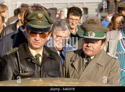 Fall der Berliner Mauer: Polizist aus Westberlin und Grenzwachtkorps aus Ost-Berlin am Grenzübergang Invalidenstraße - Stockfoto
