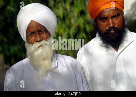Zwei Sikh-Männer tragen ihre traditionelle Turbane in Neu-Delhi in Indien - Stockfoto