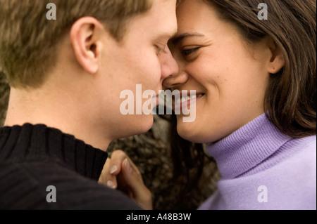 Junges Paar lächelnd - Stockfoto