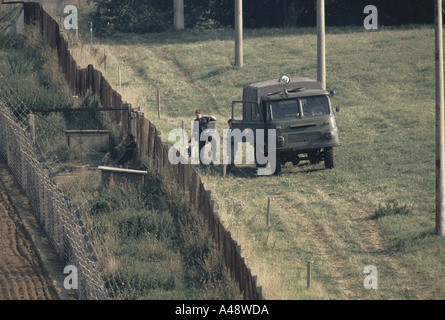 Eisernen Vorhangs Norden zu Süden DDR Grenzsoldaten Transporteure, Patrouillen zwischen doppelten Zaun 1989 - Stockfoto
