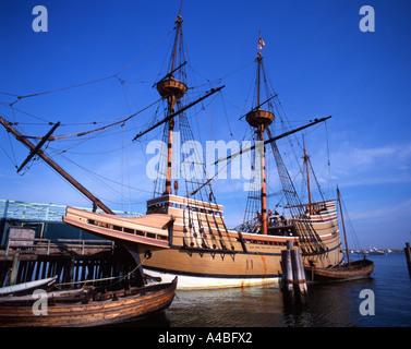Nachbildung der Mayflower vor Anker im Dock in Plymouth, Massachusetts, USA - Stockfoto