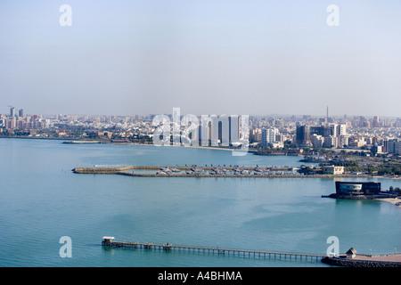 Kuwait-Stadt aus dem Restaurant in Kuwait Türmen zeigt Ufer Entwicklungen und marina - Stockfoto