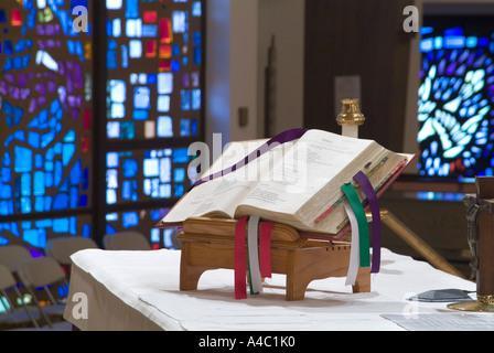 Bibel auf Altar In römisch-katholischen Kirche - Stockfoto