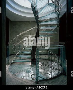 Haus in Knightsbridge von Eva Jiricna, 1991. Glas und Edelstahl Wendeltreppe. Architekt: Eva Jiricna Architects - Stockfoto