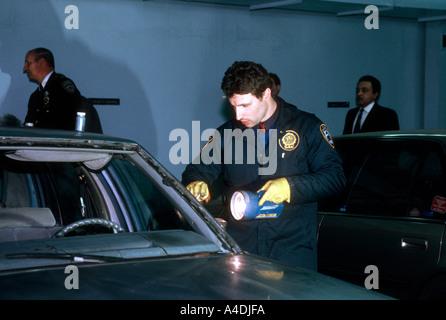 Mitglieder des NYPD Verbrechen-Szene Maßeinheit untersuchen das Automobil von Rashid Baz zum Schießen eine van-Belastung - Stockfoto