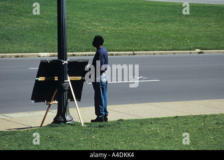 Straßenhändler neben Kreuz auf der Straße markieren, wo JFK erschossen wurde, Dallas USA - Stockfoto