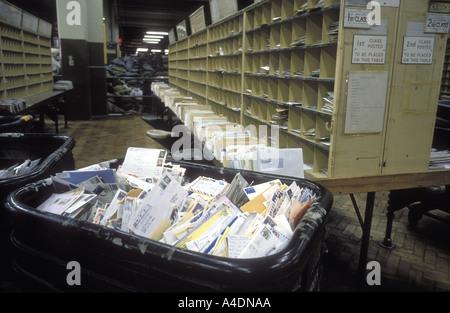 Postalische Streit, kein Personal, aber viele der Post in einem Sortierung Büro in 1988, Vereinigtes Königreich