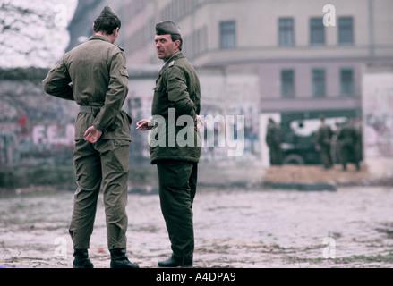 DDR Grenze bewacht quer durch einen Bruch in der Mauer, 1989 Pre-Vereinigung - Stockfoto
