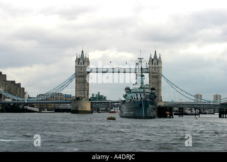 HMS Belfast und die Tower Bridge über die Themse in London - Stockfoto