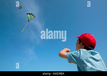 Junge fliegende Drachen - Stockfoto
