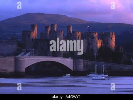 Conwy Castle und den Fluss in den späten Abend Licht Conwy North Wales UK - Stockfoto
