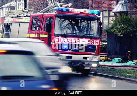 Feuerwehrauto behandelnden Vorfall in belebten s UK-Straße - Stockfoto