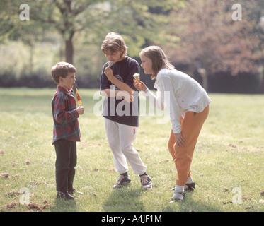 Kinder essen Eiscreme in Gärten, Hampstead Heath, London, England, Vereinigtes Königreich - Stockfoto