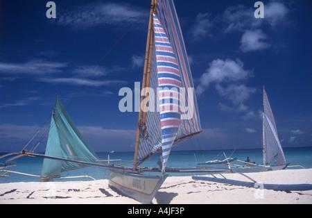 Katamaran am Strand, Borocay Insel, Provinz Cebu, Philippinen - Stockfoto