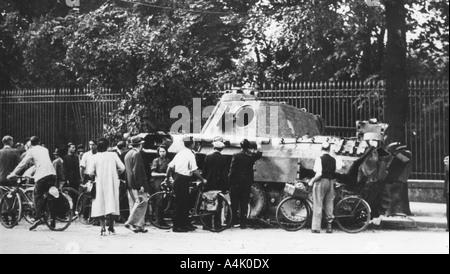 Umstehende Personen die Prüfung eines verlassenen Tank auf der Rue de Medicis, Befreiung von Paris, August 1944. - Stockfoto