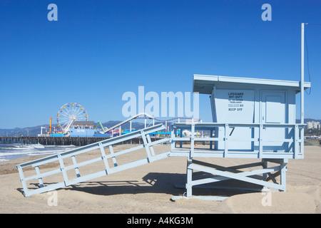 Rettungsschwimmer-Turm und Riesenrad in Santa Monica, Los Angeles, Kalifornien, USA - Stockfoto