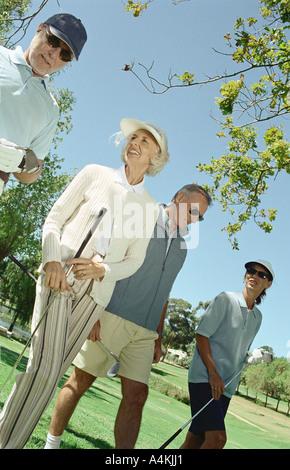 Ältere Golfer nebeneinander - Stockfoto