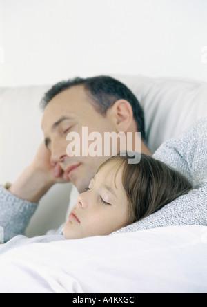 Vater und Tochter auf dem Sofa sitzen, schlafen - Stockfoto