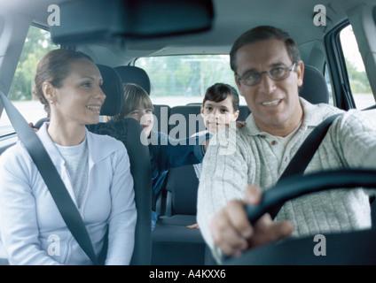 Eltern mit jungen und Mädchen im Auto Sicherheitsgurt, Innenansicht - Stockfoto