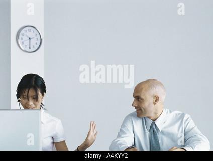 Kollegen, die zusammen im Büro, Frau machen Stop Geste gegenüber dem Menschen - Stockfoto