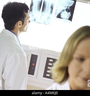 Ärzte in Röntgen-Labor - Stockfoto