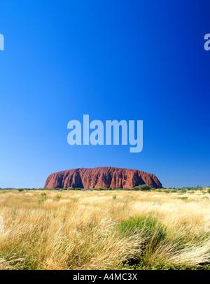 Uluru Ayers Rock in den nördlichen Gebieten Australiens. Auf 6 X 7 Diafilm fotografiert. - Stockfoto
